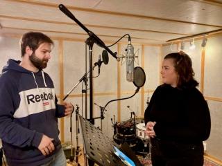 Lydteknikar Anders Boska instruerer Maria Andrea Seljeseth Nordal i Audiofarm Studio. Foto: Hildur Sandstad Dalen.