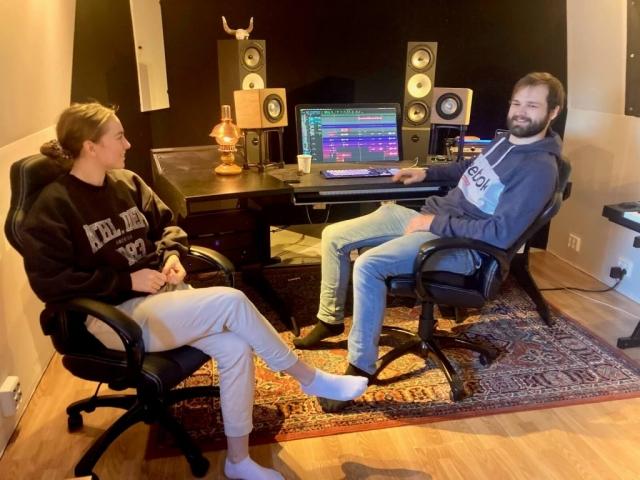 Jenny Gjerde Sætre og Anders Boska i kontrollrommet. Foto: Hildur Sandstad Dalen.