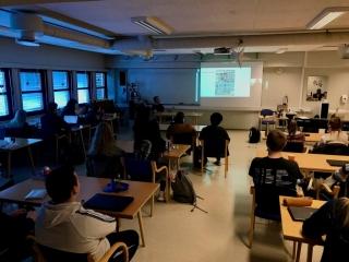 Storyboard-kurset var fyrst og fremst for klasse 2MK, som skal filme og redigere musikkvideoane, men også 3MU fekk vere med på videomøtet med Dave King. Foto: Håvard Krøvel-Velle.