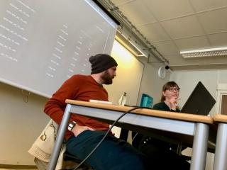 Einy Aam Sparks er profesjonell dansar og filmklippar, og tospannet kom med mange nyttige tips til MK-elevane. Foto: Håvard Krøvel-Velle.