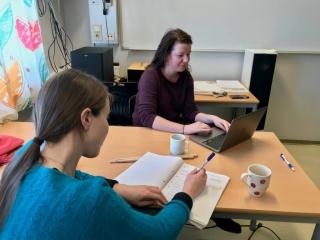Regissør Marit Lid Skorstad (fremst) og MK-lærar Torill Elise Kolbeinsen Tafjord noterer flittig under VFX-kurset. Foto: Håvard Krøvel-Velle.