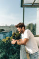 Ein Foto von Gökhan Kotluer auf dem Balkon seiner berliner Wohnung.