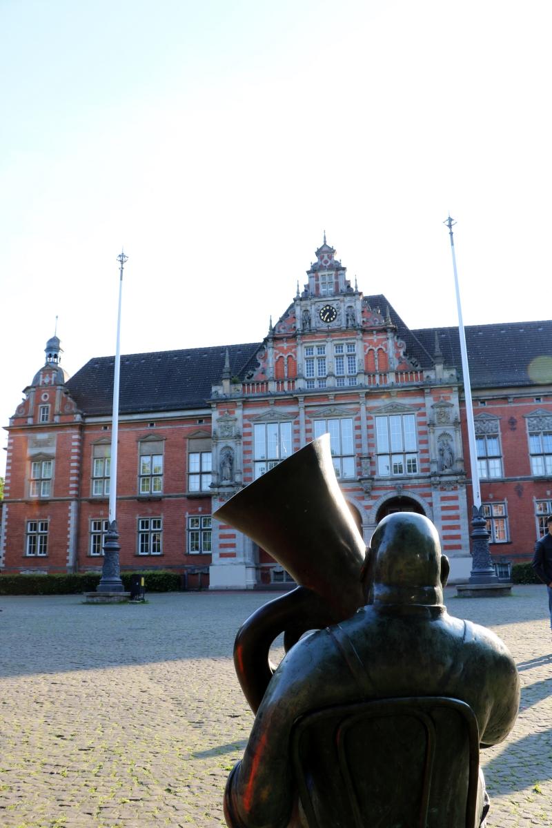 Tubaspieler-Harburger-Rathaus
