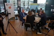 Marc Visch (NPLO) in gesprek met presentatoren Mirjam Barendregt en Jelle Koolstra over lokale omroepen