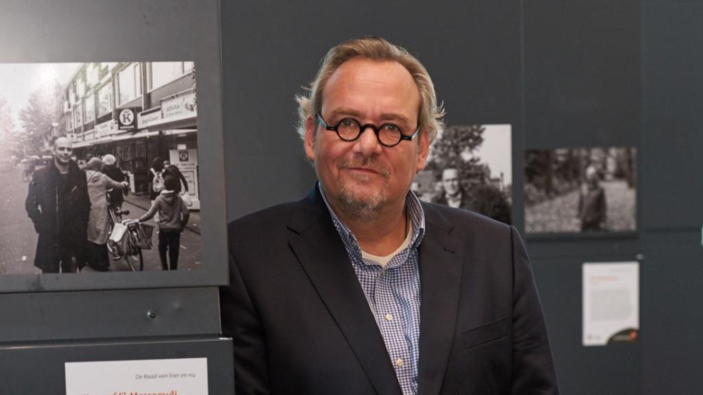 DSC01734 Remko Schotsman bij de expositie De Raad van hier en nu
