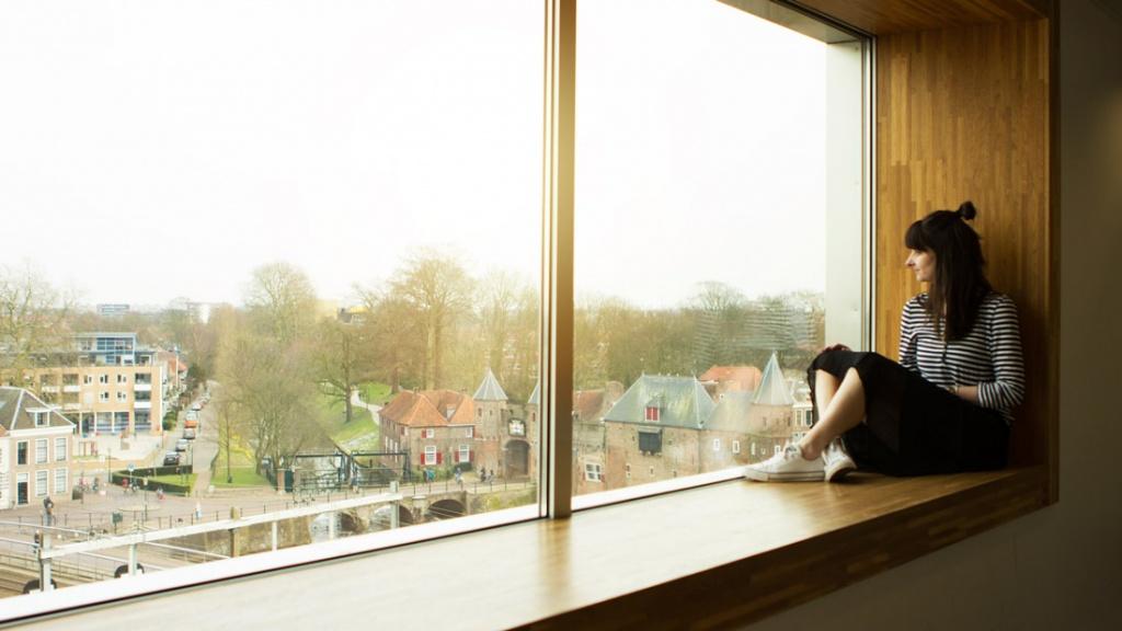 Martine-de-Jongh-Kiezen-of-Delen-vensterbank-Eemhuis