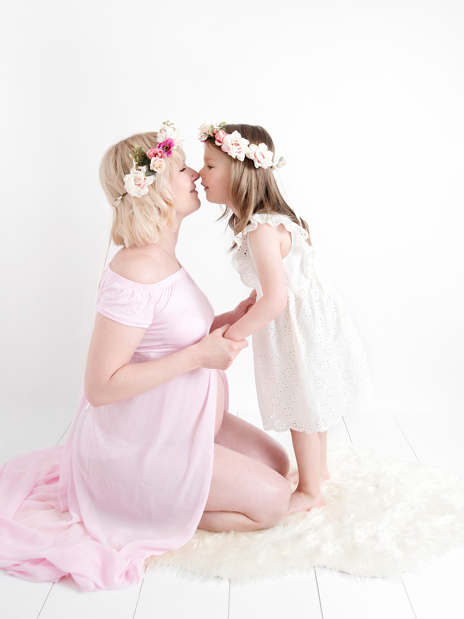 four year old sister with mum studio maternity photography edinburgh midlothian