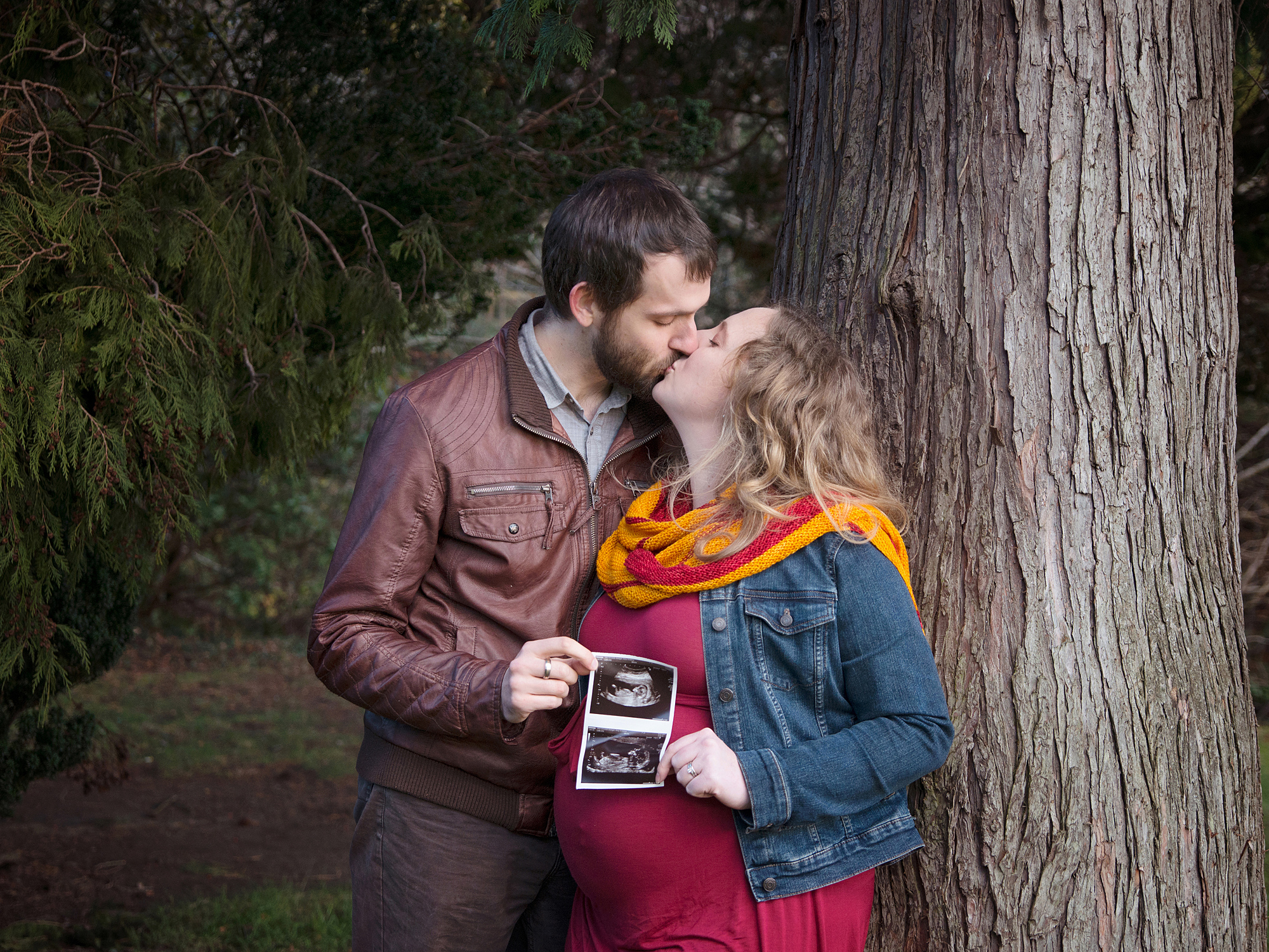 couple kissing ultrasound photo pregnancy maternity photography edinburgh midlothian