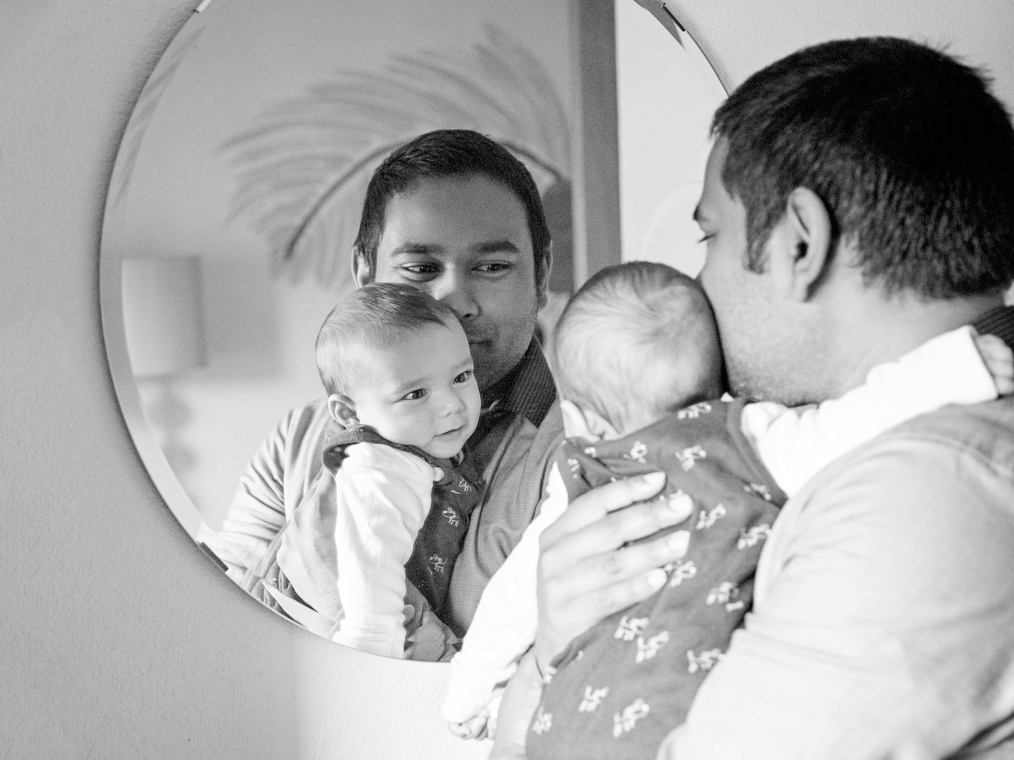 dad with baby looking at the mirror family photography in edinburgh midlothian