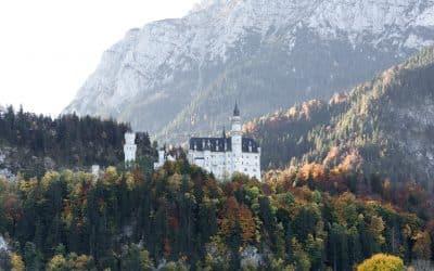 Alt fra vandfald, slot, søer, til Innsbruck city med aftenfotografering af en bro med lang lukketid