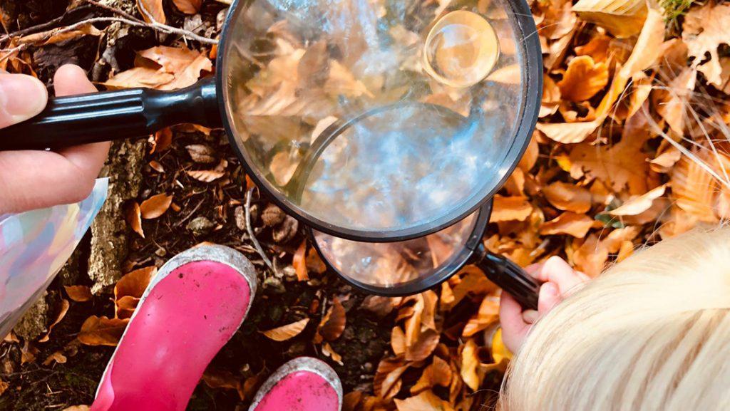DOE Natuureducatie Groene kinderopvang vergrootglas