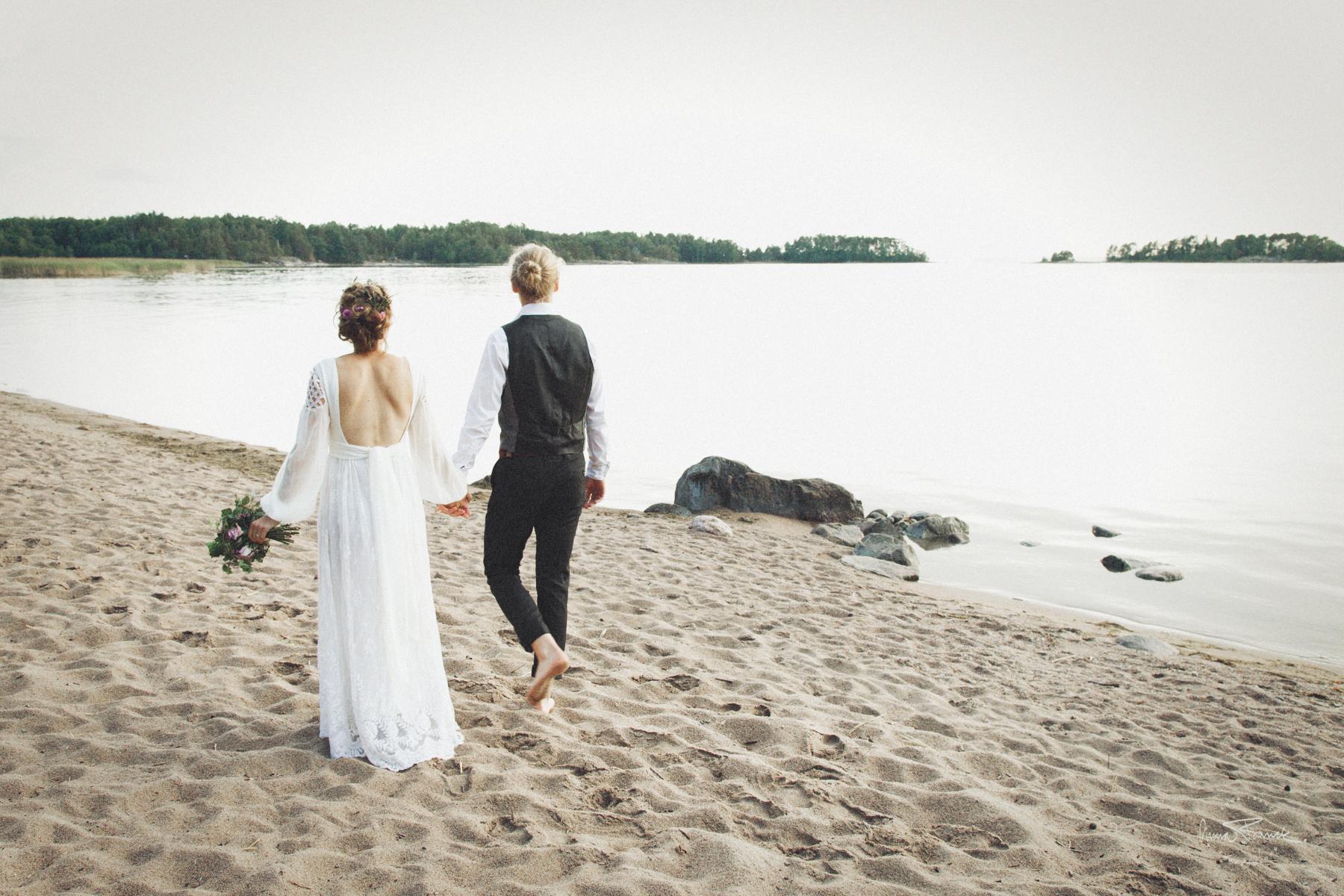 wedding, bröllop, häät, Parainen, Pargas, Finland, Suomi, summer, kesä, sommar, bohemian, natural, naturligt, vackert, avslappnat, relaxed, Finnish, nature, beach, forest, sunset, strand, ranta, design, dress, hääpuku, bröllopsklänning, bukett, kukat, flowers, porträtt, muotokuva, portraits