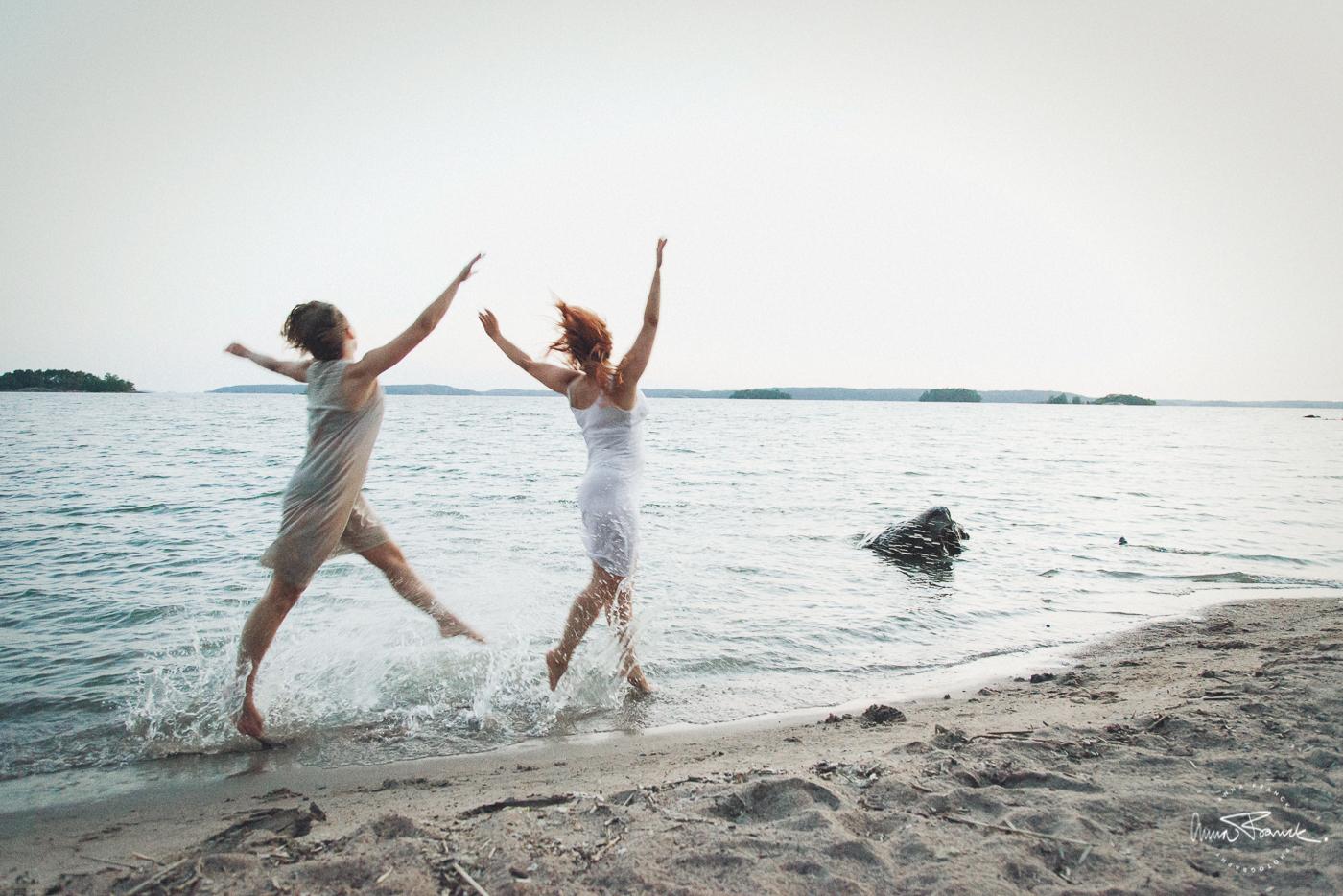 sisters, systrar, siskot, dance, dans, tanssi, metsä, skog, forest, beach, strand, ranta, auringonlasku, solnedgång, sunset, art, taide, konst, tillsammans, samtidigt, yhdessä, together, bonding, nature, natur, luonto