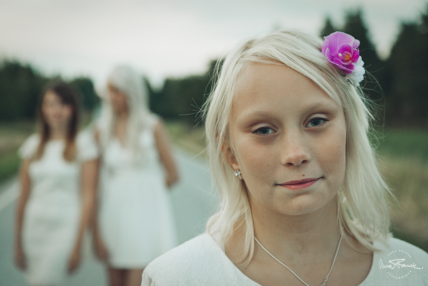 family, familj, systrar, siblings, sisarukset, perhekuva, fotografering, konfirmation, valokuvaus, pargas, parainen, anna, franck, sunset, solnedgång, soft, light, naturligt, luonnollista, sattmark, rippikuva, stockholm, fotograf