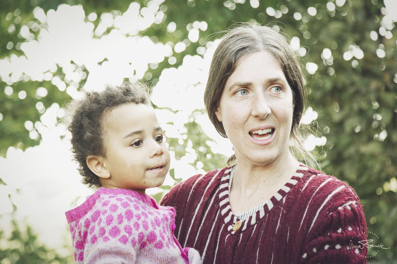 avslappnad familjefotografering på Österlen