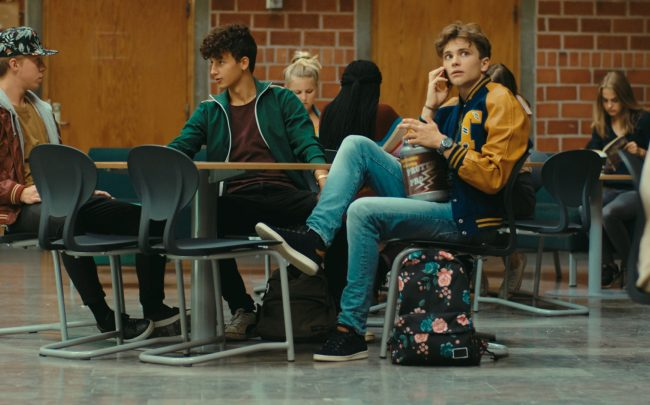 Ellen (Clara Henry) skapar problem för David (Anton Forsdik) när hon går till skolan i hans tröja. Jessica tror att Ellen och David har legat med varandra och syskonen måste samarbeta för att rädda situationen. Foto: Nea Asphäll