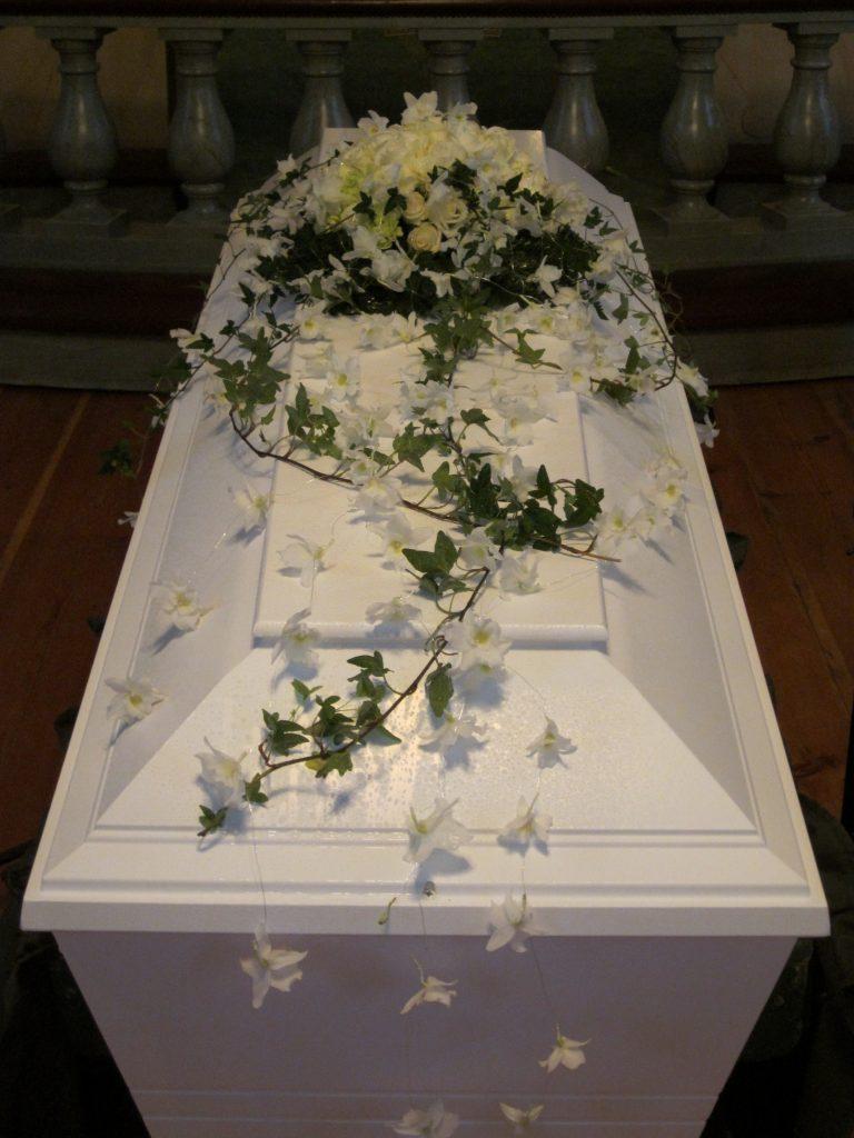 kistdekoration begravning vita blommor murgröna