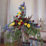 begravningsbinderi älghorn gula blommor röda rosor lika blommor tallbarr