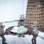 grodor med kronor som håller i ett fat med hjärtan