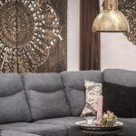 mandala väggdekoration soffa kuddar guldtaklampa