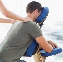Massasje mens du sitter