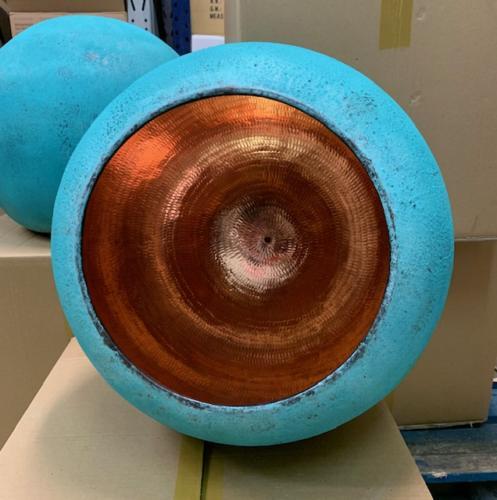 Den original Ø25cm Balilampen er fremstillet i massiv kobber og håndlavet på vores egen fabrik i Indonesien.