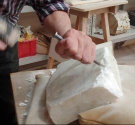 Hamer en beitel op marmer