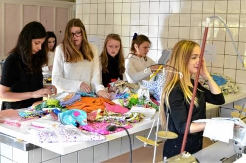 GVA – Leerlingen mode naaien kleertjes voor overleden