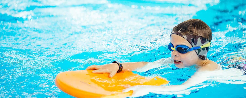 Oval basseng Power barn som svømmer