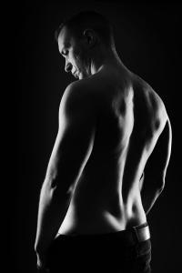 Mann-Rückenansicht-definiert-muskulös-sexy-Fotostudio-blendenspiel