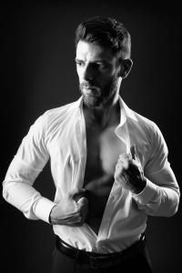 Aktfoto-Mann-Gentlemen-zieht-Hemd-aus-Fotostudio-blendenspiel
