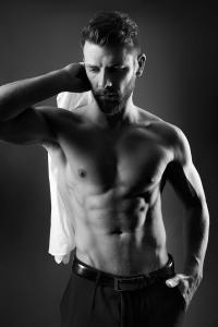 Aktfoto-Mann-Gentlemen-Hemd-ausgezogen-Fotostudio-blendenspiel