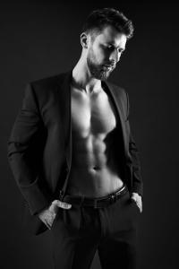 Aktfoto-Mann-mit-Jacket-Gentlemen-Fotostudio-blendenspiel