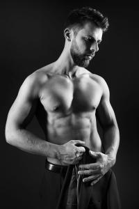 Aktfoto-Mann-Jacket-ausgezogen-Gentlemen-Fotostudio-blendenspiel