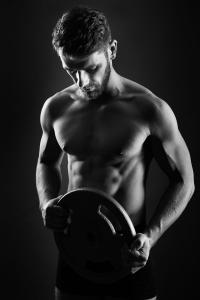 Aktfoto-Mann-Workout-Gewichtheben-Fotostudio-blendenspiel