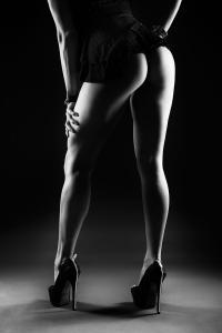 Aktfotos-Frau-lange-Beine-in-High-Heels-Fotostudio-blendenspiel