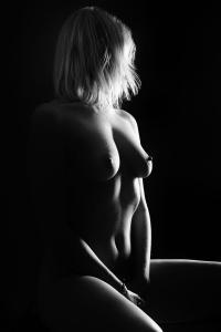 Aktfotos-sinnnliche-Frau-Umriss-Fotostudio-blendenspiel