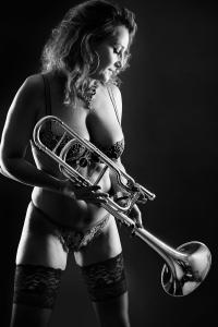 Aktfoto-Frau-Dessous-mit-Trompete-Fotostudio-blendenspiel