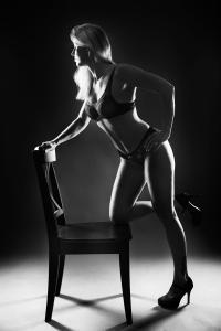 Aktfotos-Frau-auf-Stuhl-knieend-Fotostudio-blendenspiel