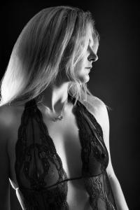 Aktfoto-Frau-mit-Dessous-Fotostudio-blendenspiel