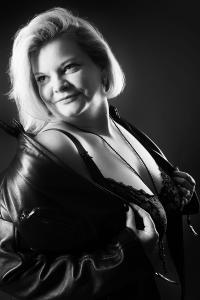 Aktfoto-Frau-mit-Jacke-und-Dessous-sinnnlicher-Blick-Fotostudio-blendenspiel
