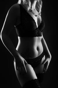 Aktfoto-Frau-Torso-mit-Dessous-Fotostudio-blendenspiel