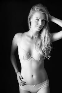 Aktfoto-Frau-mit-zarter-Wäsche-Fotostudio-blendenspiel