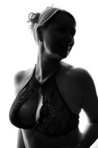 Aktfoto-Frau-im-Gegenlicht-tolles-Dekolleté-Fotostudio-blendenspiel