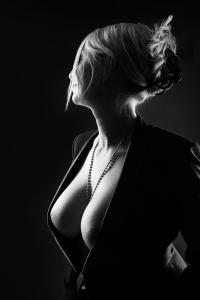 Aktfoto-Frau-mit-Jackett-tiefer-Ausschnitt-Fotostudio-blendenspiel