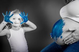 Mädchen-zeigt-bunte-Hände-malt-auf--Fotostudio-blendenspiel