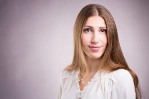 Bewerbungsfoto-einer-Frau-in-Farbe-Fotostudio-blendenspiel