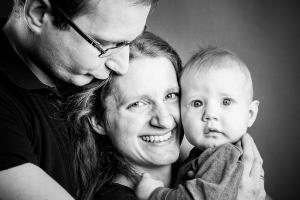 Vater-umarmt-Familie-Fotostudio-blendenspiel