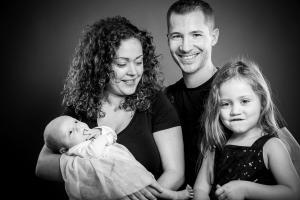 Familie-lacht-Fotostudio-blendenspiel