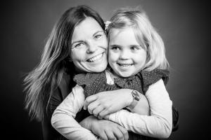 Mutter-umarmt-Tochter-Fotostudio-blendenspiel